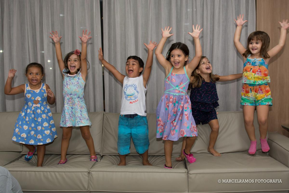 crianças pulando no sofá em festa infantil