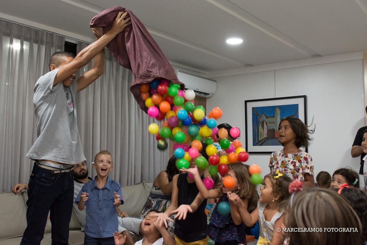 crianças pegando bolinhas na festa