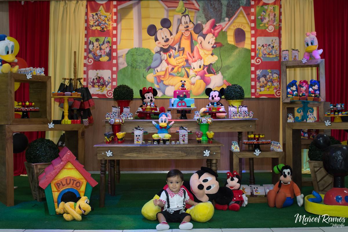 Gustavo sentado no colo do michey sendo registrado pelo Fotógrafo de aniversário e festa infantil RJ | Marcel Ramos