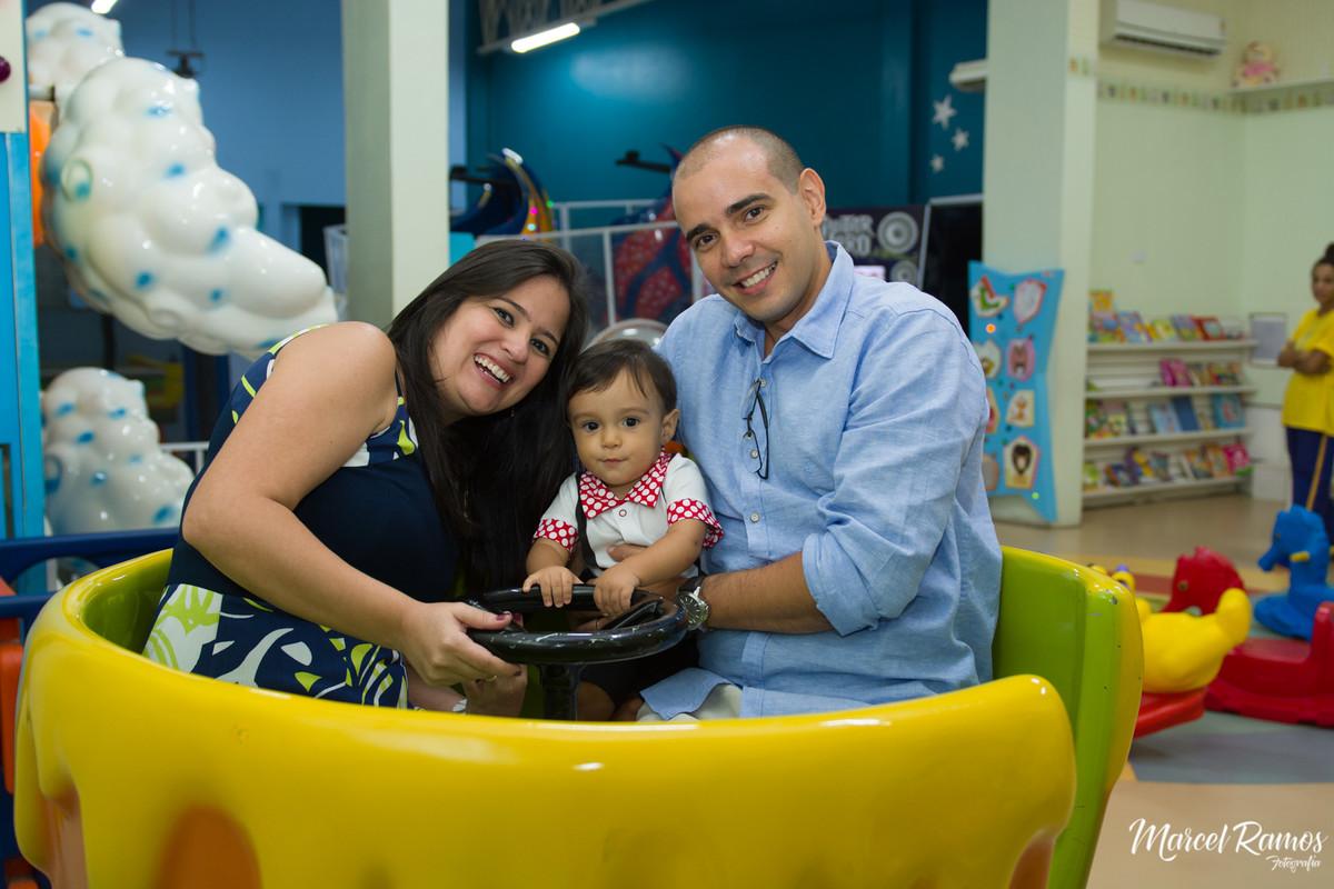 Gustavo brincando com seus pais na xícara da casa de festa em seu aniversário