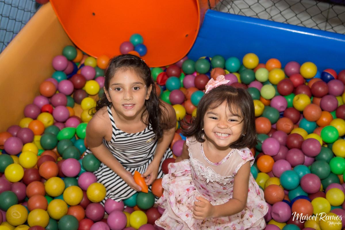 meninas na piscina de bolinha no aniversário do Gustavo no dia de seu aniversário