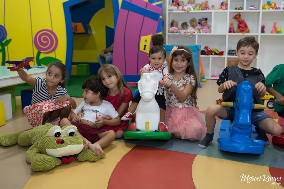 O fotógrafo de aniversário e festa infantil Marcel Ramos reuniu a turma do Gustavo e fez  uma fotografia de todos dentro da brinquedoteca no dia de sua Festa