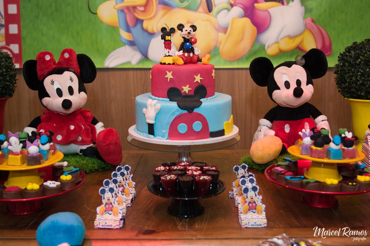 bolo da festa do gustavo com o michey mouse no topo de seu bolo