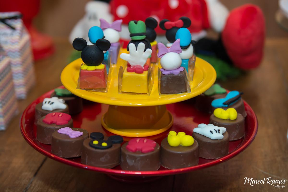 Chocolates da turma do michey mouse no aniversário do Gustavo de um ano