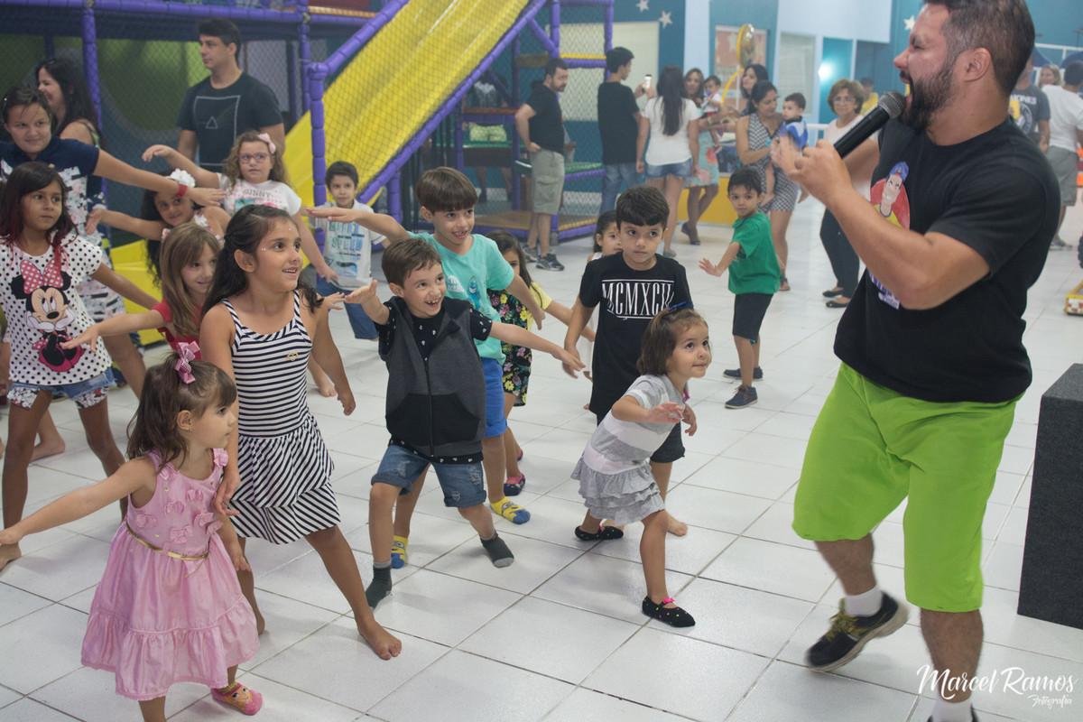 Crianças brincando de imitar o tio da animação no aniversario de um ano do Gustavo na casa rindo à toa festas