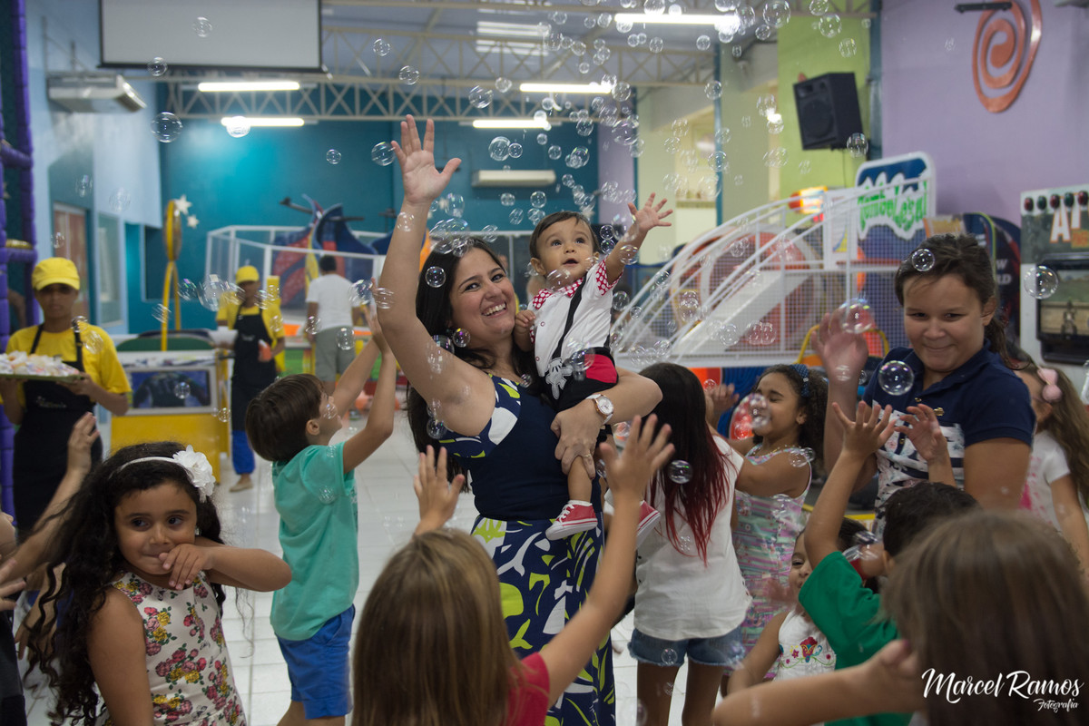 Crianças pegando  bolinhas de sabão no aniversário de um 1 ano do Gustavo.