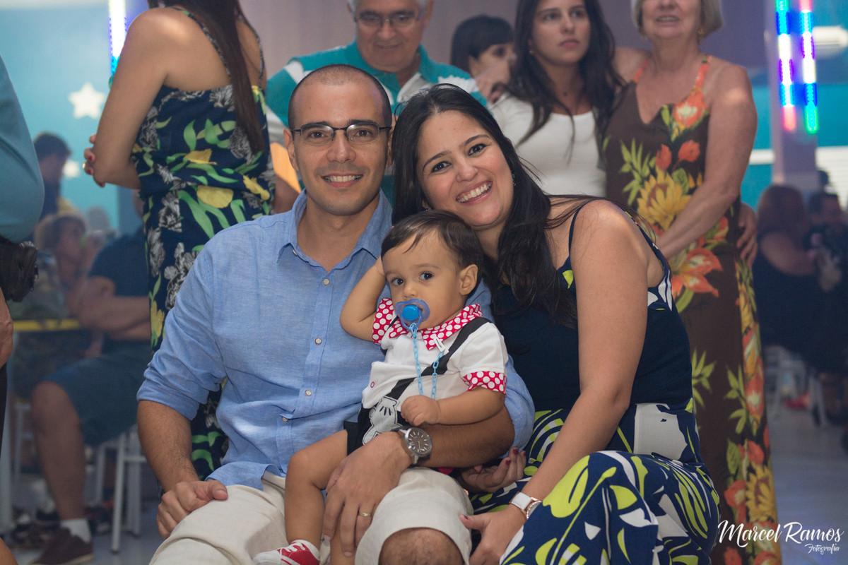 Pais reunidos para assistir o vídeo surpresa desde quando o Gustavo estava na barriga da mamãe  até o seu primeiro ano de vida.