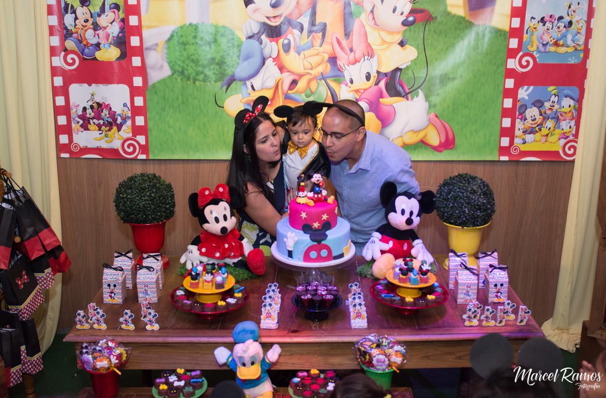 Nesse momento o aniversariante Gustavo se curvou para apagar a vela de seu primeiro ano de vida.