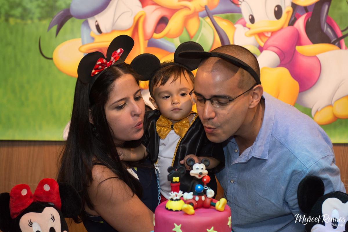 Apagando a velinha do 1° primeiro aniversário do Gustavo