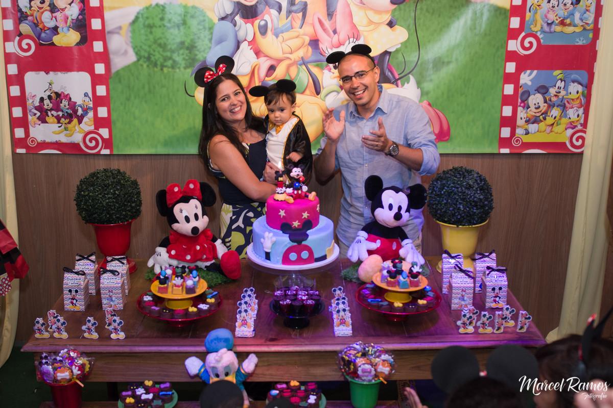 Hora dos parabéns com os pais e todos os convidados proximo a mesa sendo fotografados pelo Fotógrafo de aniversário e festa infantil RJ | Marcel Ramos.