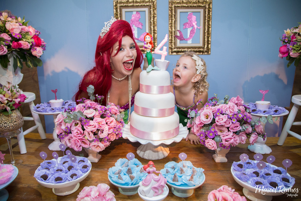 Pose na mesa do bolo do aniversario da isabela com a pricesa arial