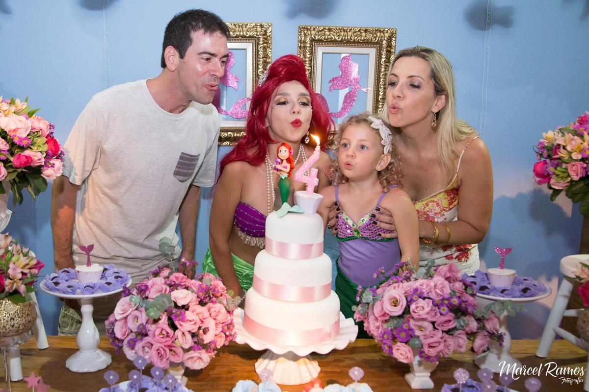Nesse momento o fotógrafo Marcel Ramos registrou a hora de apagar a velhinha do bolo do aniversário de isabela
