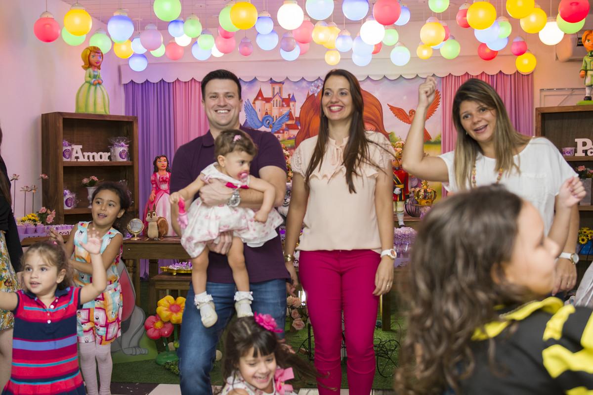 A princesa posou para o ao lado de seus pais na mesa do bolo para o fotógrafo de festa infantil e aniversário Marcel Ramos  RJ 030