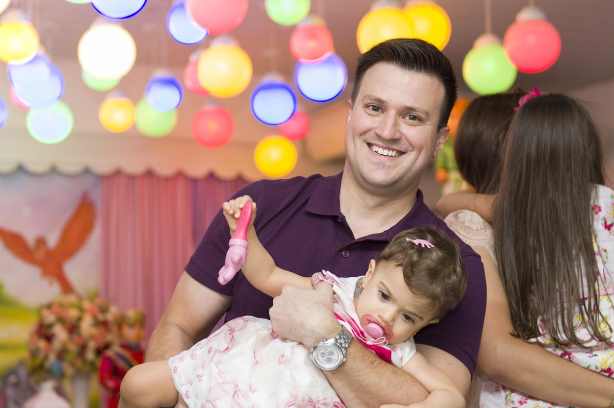 O fotógrafo de festa infantil e aniversário Marcel Ramos estava dançando com as crianças quando olhou para o lado e registrou uma linda fotografia de sofia com seu pai
