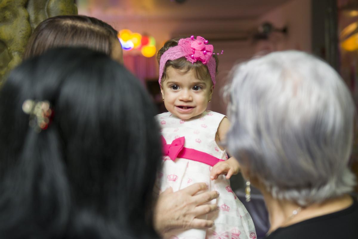 Todos admiravam a beleza da aniversariante de festa infantil sofia e seu laço rosa na cabeça