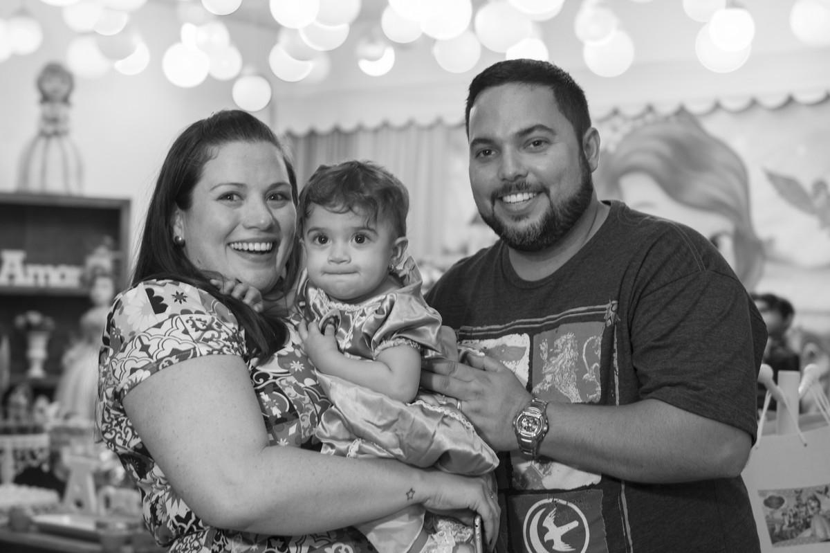 A princesa posou para o ao lado de seus pais na mesa do bolo para o fotógrafo de festa infantil e aniversário Marcel Ramos  RJ 027