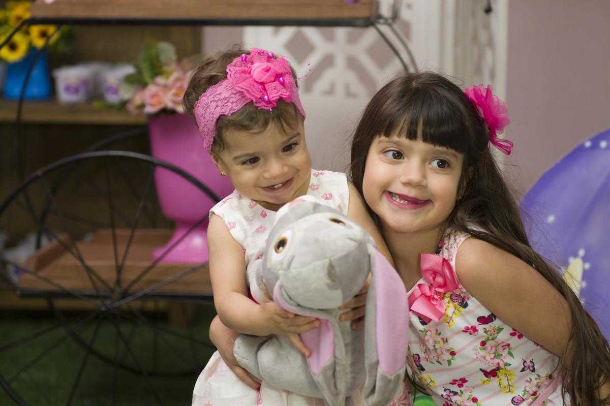 Sofia com seu bicho de pelúcia foi surpreendida pelo abraço carinhoso que a sua irmã lhe deu
