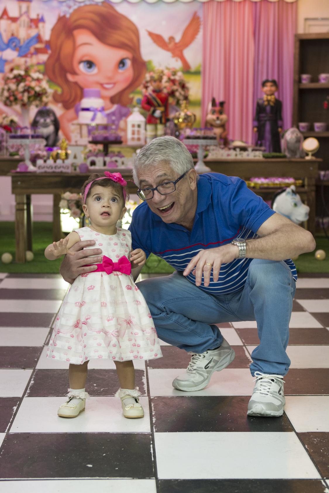 A princesa posou para o ao lado de seus pais na mesa do bolo para o fotógrafo de festa infantil e aniversário Marcel Ramos  RJ 023