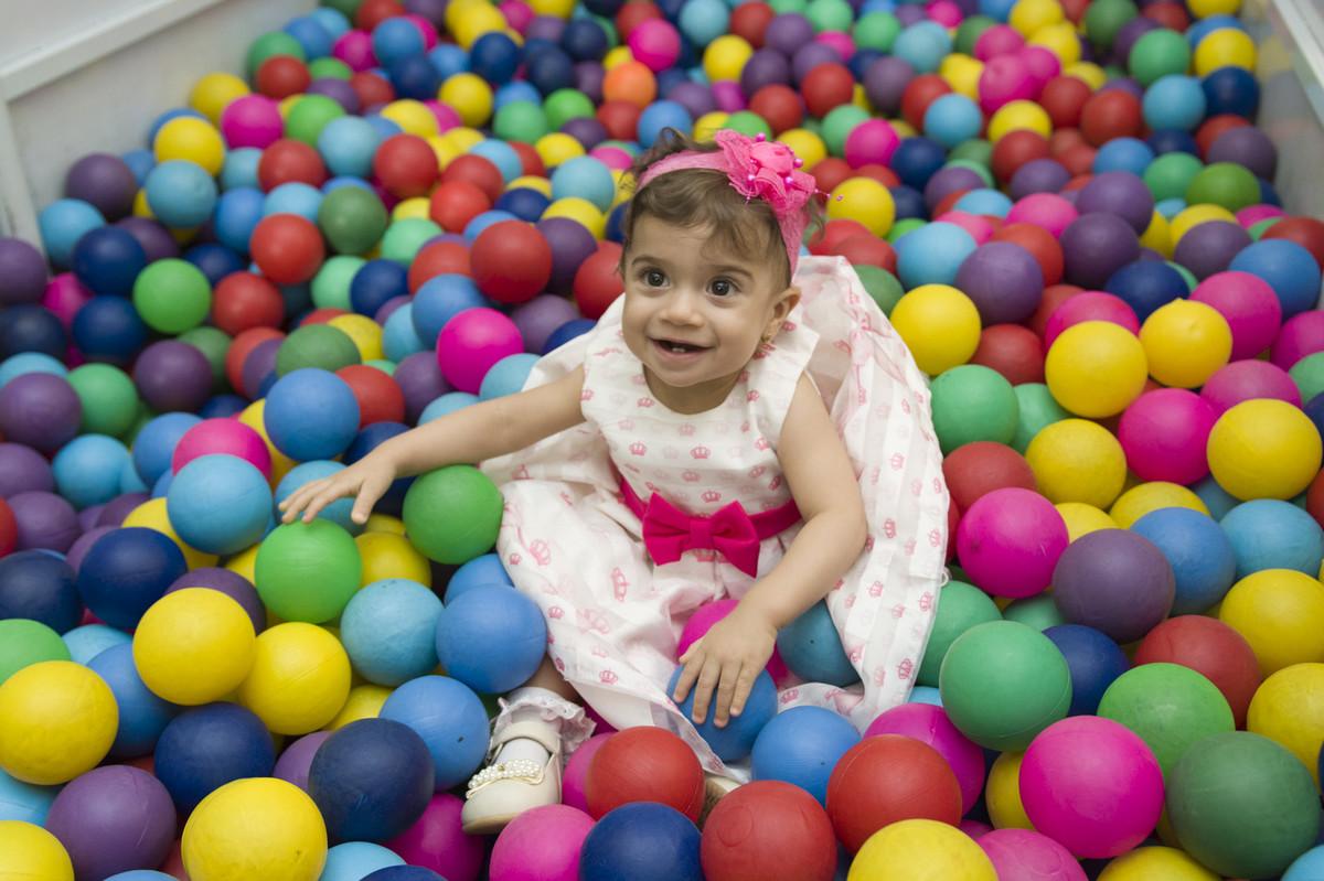 A aniversariante Sofia correu e logo em seguida pulou na piscina de bolinhas e o fotógrafo de festa infantil e aniversário Marcel Ramos registrou esse momento