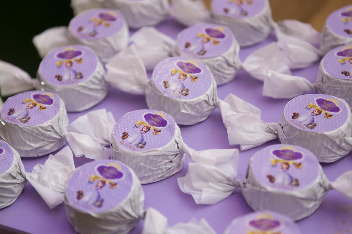 as trufas de chocolate enroladas com papel decorado da princesa sofia onde completou 1 um ano de idade