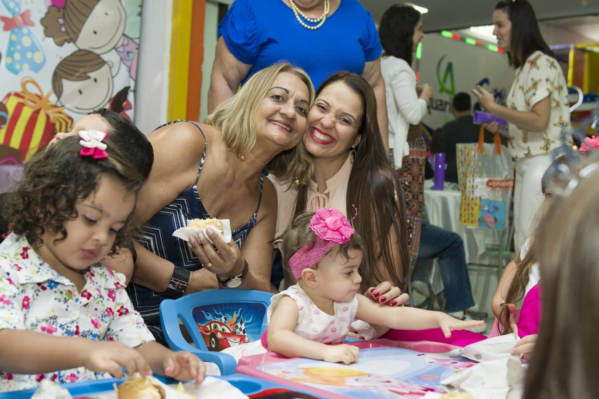 A princesa posou para o ao lado de seus pais na mesa do bolo para o fotógrafo de festa infantil e aniversário Marcel Ramos  RJ 026