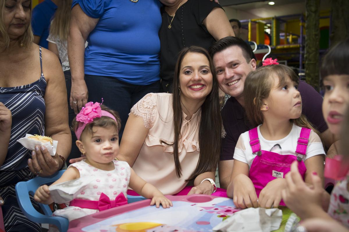 A princesa posou para o ao lado de seus pais na mesa do bolo para o fotógrafo de festa infantil e aniversário Marcel Ramos  RJ 029