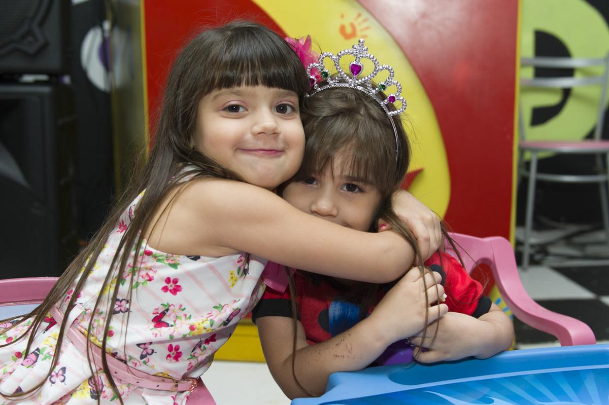 A princesa posou para o ao lado de seus pais na mesa do bolo para o fotógrafo de festa infantil e aniversário Marcel Ramos  RJ 014