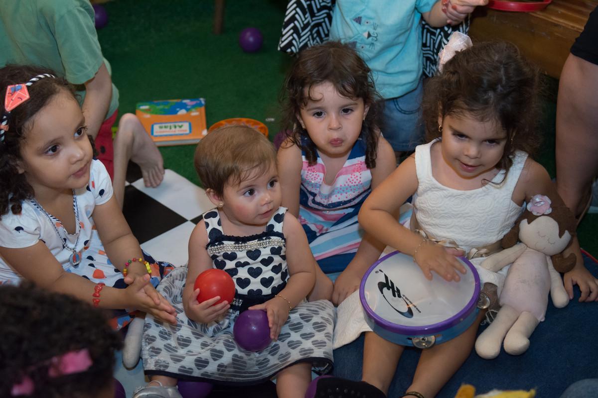 todas as crianças estavam prestando atenção nop animador da festa buffet quintal