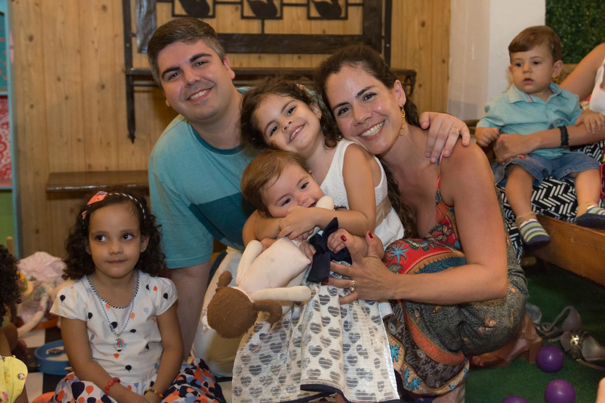 fotógrafo marcel ramos registrando a família no aniversário de mariana no quintal buffet em botafo