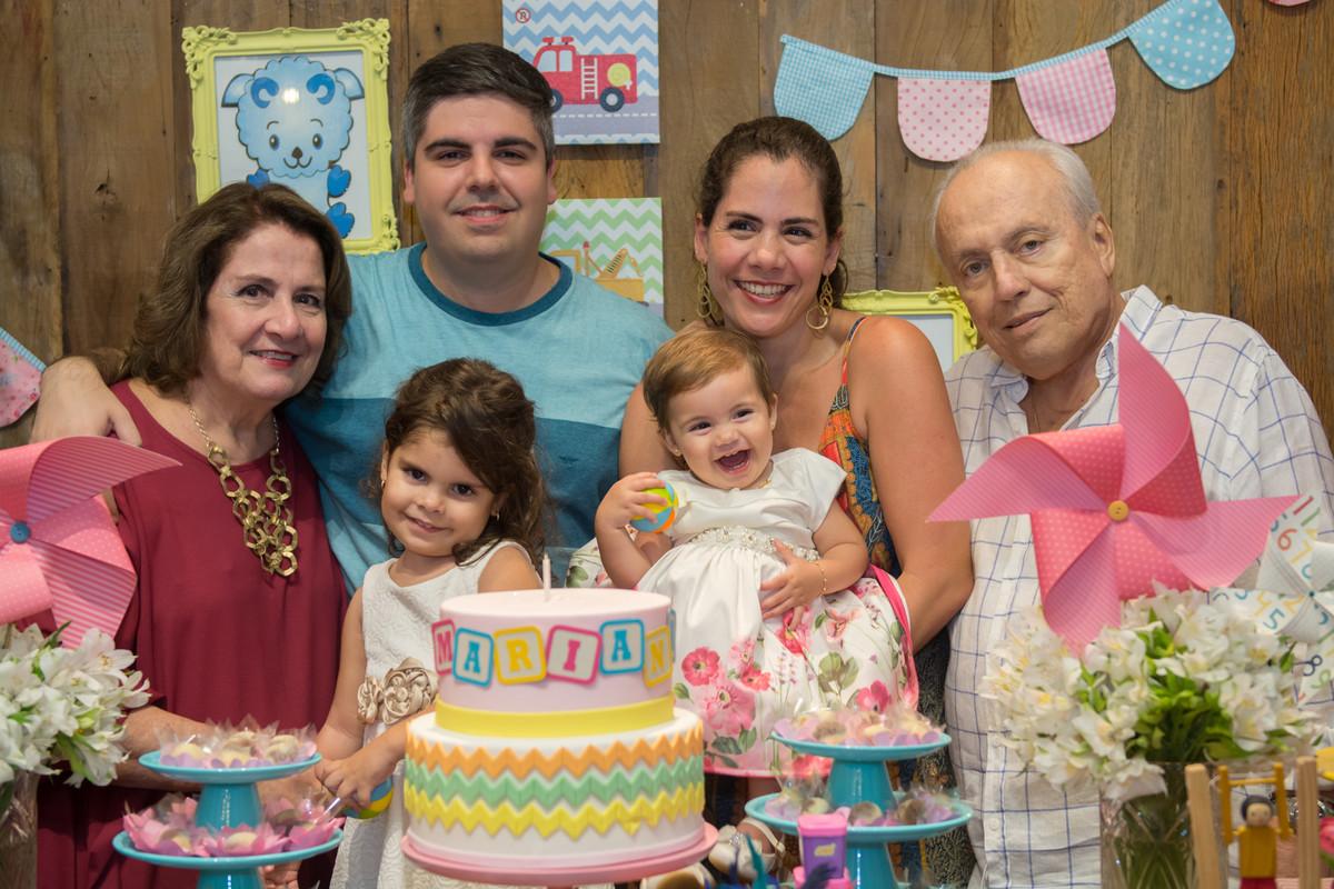 Essa fotografia em família ficou ainda mais linda com o sorriso largo da aniversariante Mariana
