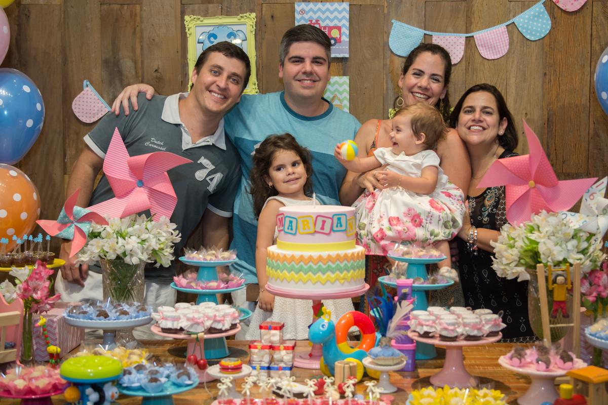Foto na mesa decorada do buffet quintal com os convidados da aniversariante mariana