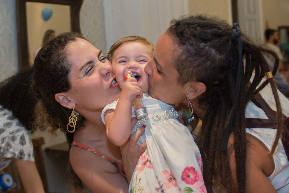 Mariana sendo amassada por sua mãe e a sua tia na hora de roubar um beijo