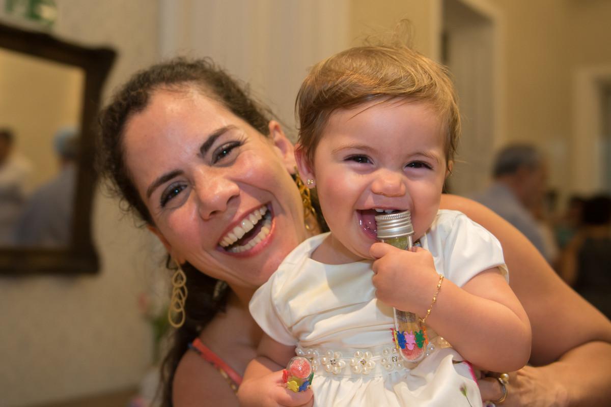A pequena mariana a aniversariante estava sorrindo com sua mamãe