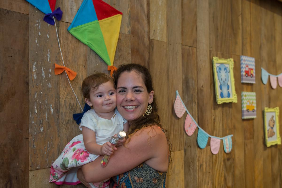 sorriso sincero e uma braço bem apertado na linda mariana que completou 1 um ano de idade na casa de festa quintal buffet em botafogo
