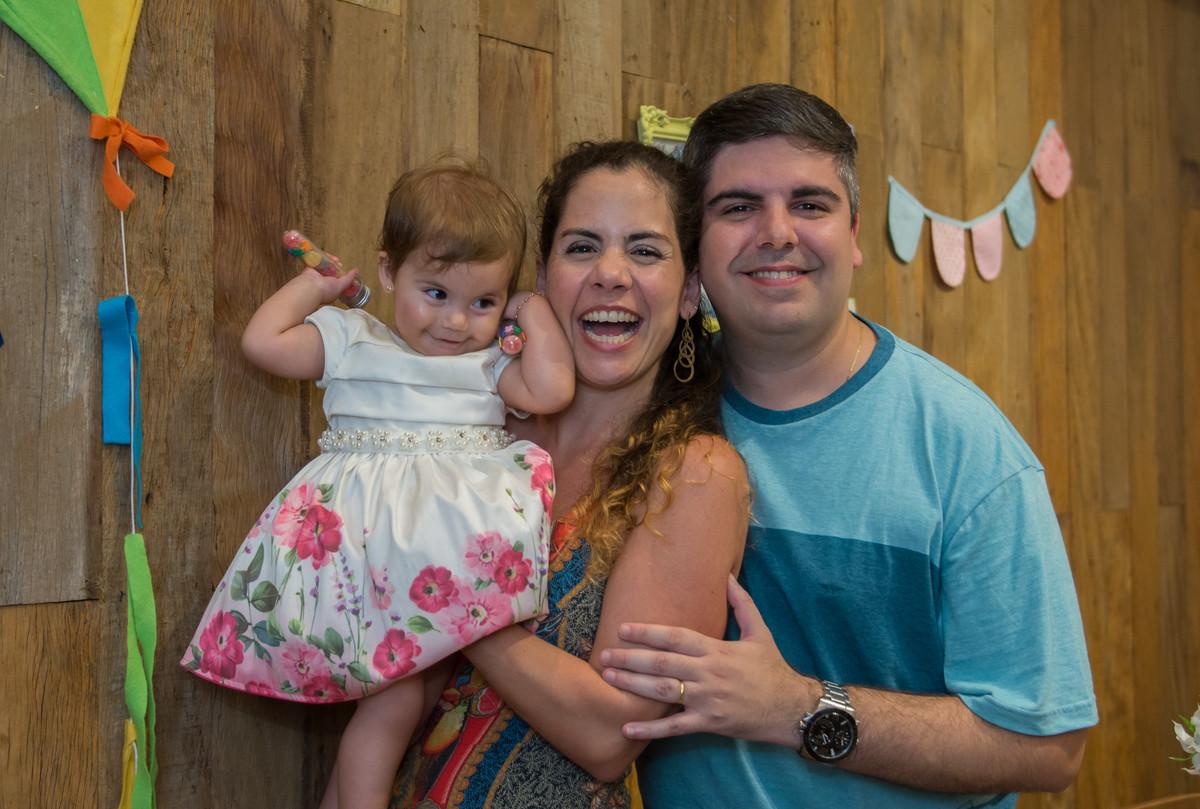 Papai mamãe e mariana sorrindo para a ser fotografada pelo marcel ramos