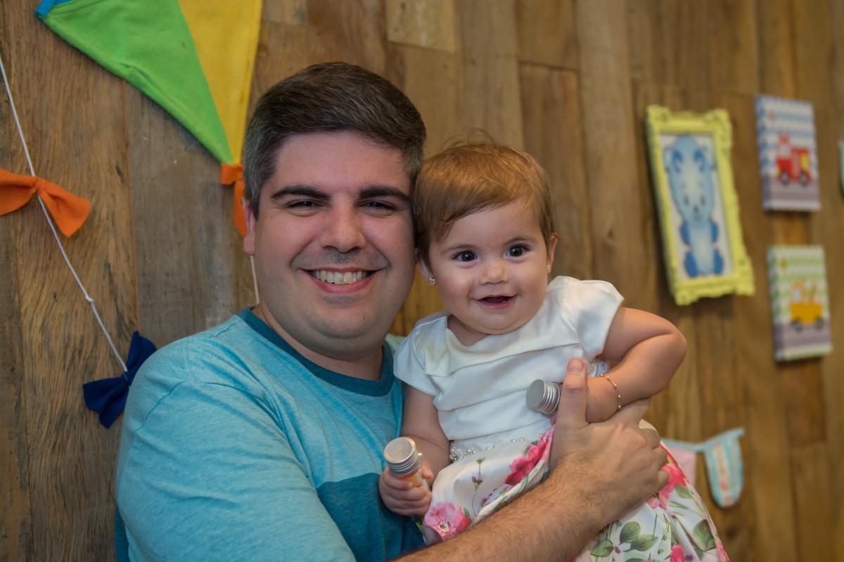 Papai totalmente alegre com a filha mariana no colo sendo fotografada por Marcel Ramos