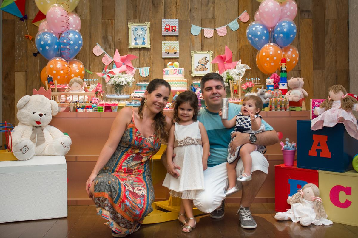 Família reunida sendo fotografada pelo fotógrafo de aniversário e festa infantil marcel ramos rj