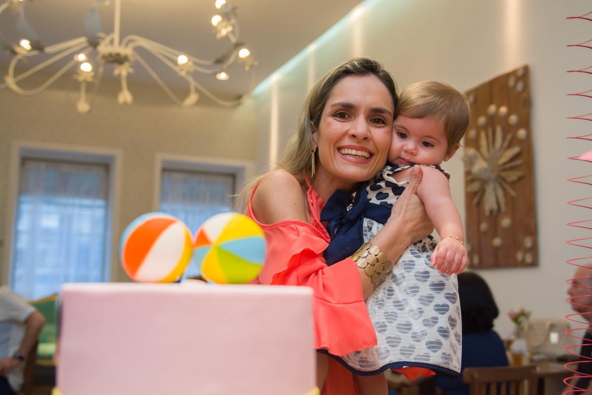 bolo de aniversario de mariana com duas bolinhas no topo do bolo de aniversário