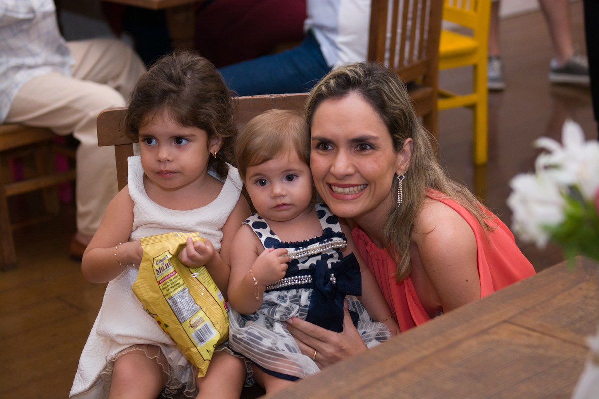 Madrinha comemorando aniversario infantil na casa de festa quintal buffet