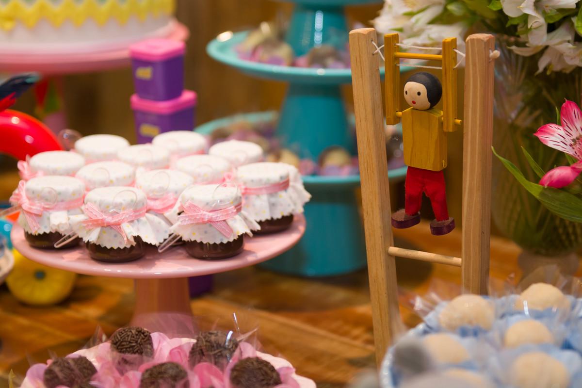 Potinho de doce entre os itens decorativos no aniversário da Mariana