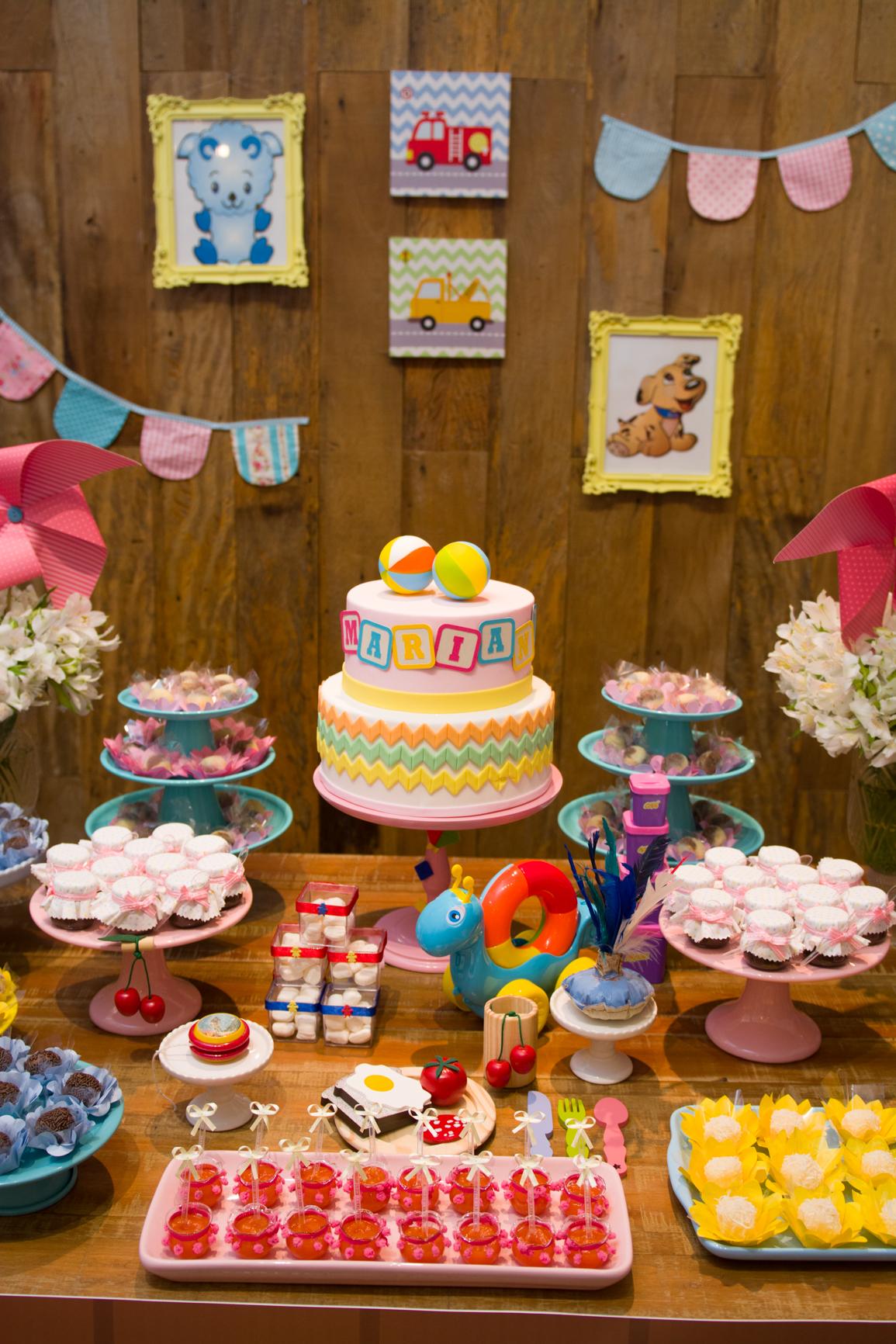 Um lindo bolo com uma decoração a altura da aniversariante