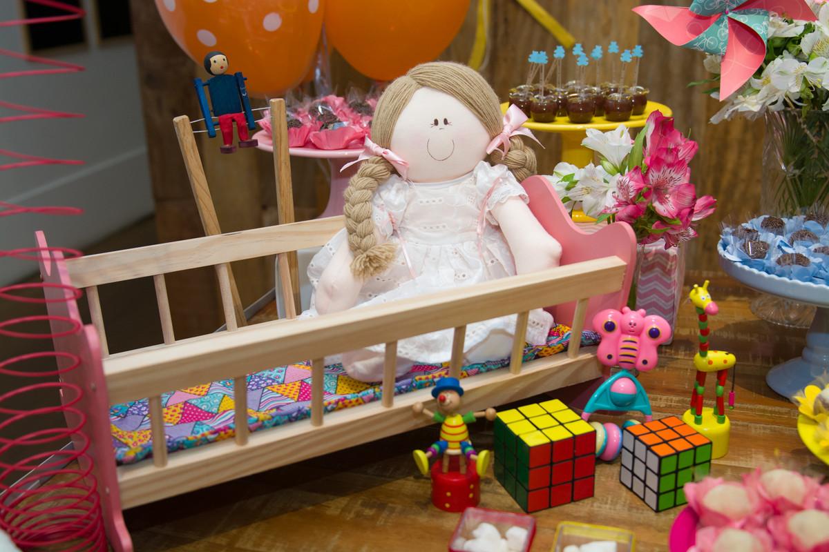 Boneca e cubo mágico itens da decoração do aniversario