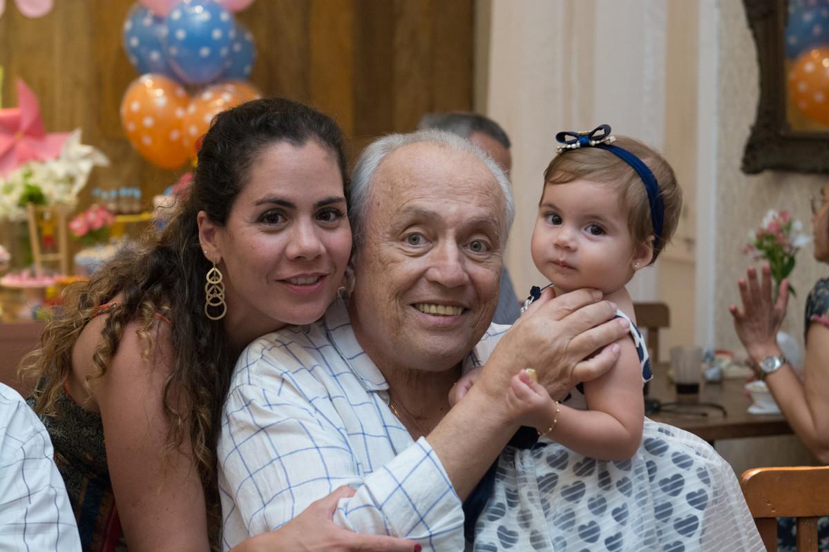 Fotógrafo de aniversário registrando o sorriso do avô com a neta Mariana