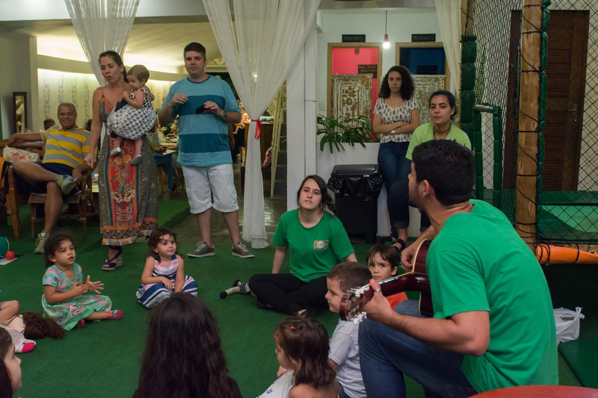 Papai super orgulhoso e feliz com a movimentação das crianças no aniversário de sua filha Mariana