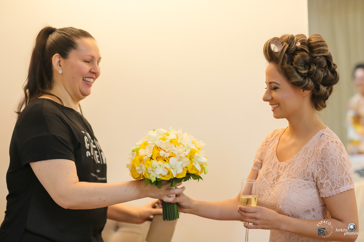 ine carvalho entregando o buquet para a noiva larissa em seu casamento