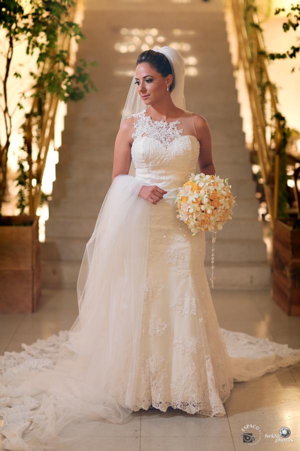 Linda noiva em sua produção antes de ir para a igreja