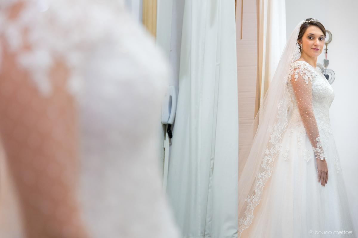 Imagem capa - Carol Hungria - Marcella prova do vestido de casamento por Bruno Mattos Fotografia