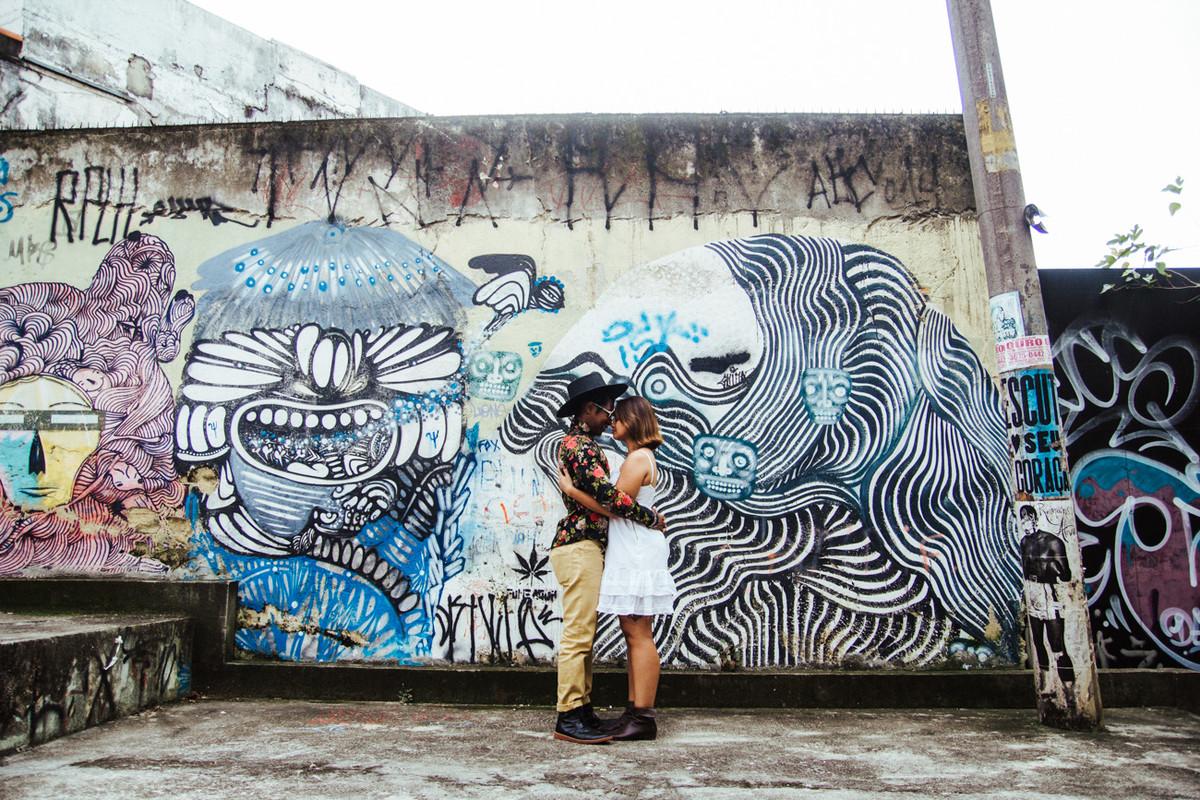 O ENSAIO DA LIGIA E GUENON FOI FEITO EM UM BECO DA VILA MARIANA EM SAO PAULO SP PELO ESTUDIO DELFI FOTOGRAFIA DE CASAMENTO CAMPINAS SP