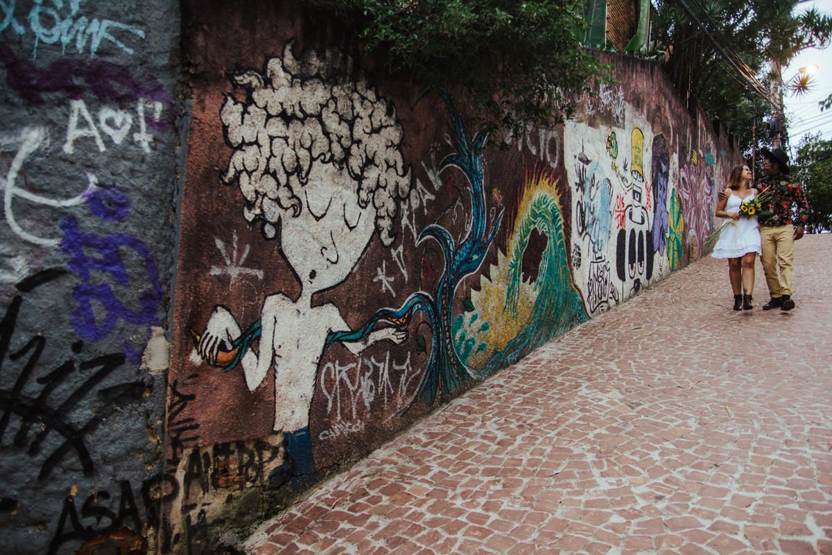 MURO GRAFFITADO  NO ENSAIO FEITO EM UM BECO NA VILA MADALENA EM SAO PAULO SP LIGIA E GUENON