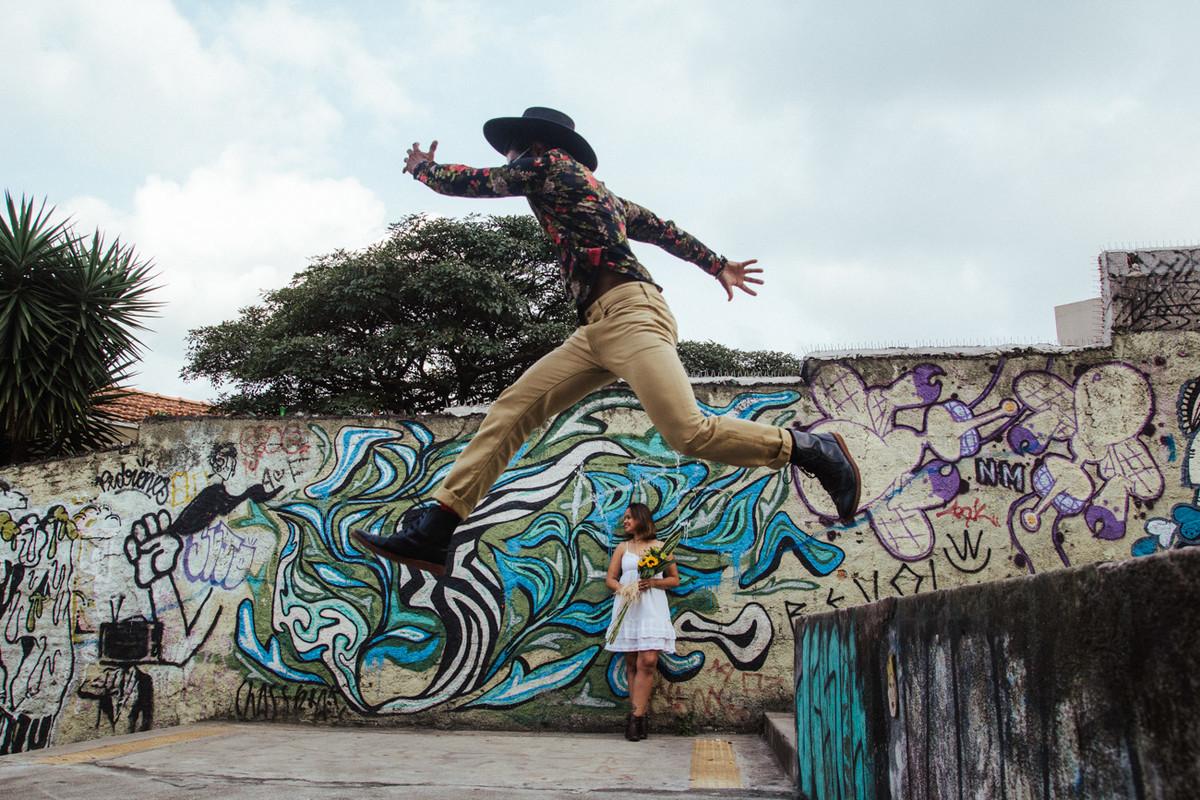 NOIVO PULANDO NA FOTOGRAFIA DE CASAMENTO SAO PAULO FEITA PELO DELFI FOTOGRAFO DE CAMPINAS